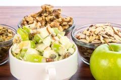Σαλάτα της Apple με τα αμύγδαλα, τα ξύλα καρυδιάς και τους σπόρους κολοκύθας Στοκ εικόνες με δικαίωμα ελεύθερης χρήσης