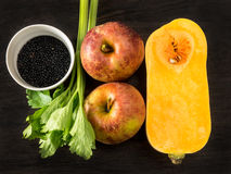 Σαλάτα της Apple με τις φακές, τις κάπαρες και το σέλινο φύλλων Στοκ Εικόνες