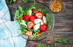 Σαλάτα του μαρουλιού, arugula, φράουλες, τυρί φέτας Στοκ φωτογραφία με δικαίωμα ελεύθερης χρήσης