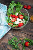Σαλάτα του μαρουλιού, arugula, φράουλες, τυρί φέτας Στοκ Φωτογραφία