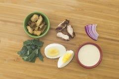 Σαλάτα του Kale Caesar με τα συστατικά κοτόπουλου στοκ φωτογραφία με δικαίωμα ελεύθερης χρήσης