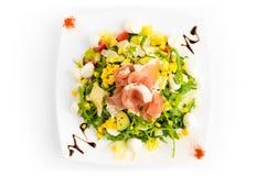 Σαλάτα το φρέσκα οργανικά λαχανικό και το ζαμπόν - που απομονώνονται με στο λευκό Στοκ Φωτογραφία