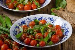Σαλάτα των ντοματών arugula και κερασιών Στοκ Εικόνα
