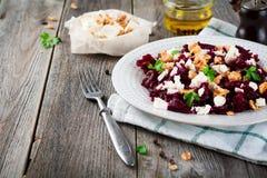 Σαλάτα των παντζαριών, φέτας και των ξύλων καρυδιάς με τα φύλλα του μαϊντανού στο παλαιό ξύλινο υπόβαθρο Στοκ φωτογραφία με δικαίωμα ελεύθερης χρήσης