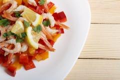 Σαλάτα των φρέσκων λαχανικών με τις γαρίδες Στοκ Φωτογραφία