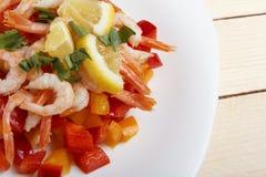 Σαλάτα των φρέσκων λαχανικών με τις γαρίδες Στοκ Εικόνες