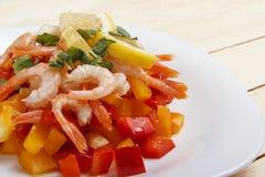 Σαλάτα των φρέσκων λαχανικών με τις γαρίδες Στοκ Εικόνα