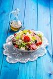 Σαλάτα Φρέσκια σαλάτα θερινού μαρουλιού Υγιής μεσογειακή σαλάτα ol Στοκ φωτογραφία με δικαίωμα ελεύθερης χρήσης