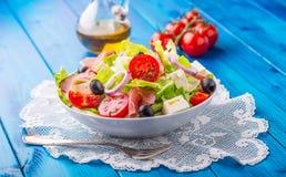 Σαλάτα Φρέσκια σαλάτα θερινού μαρουλιού Υγιής μεσογειακή σαλάτα ol Στοκ φωτογραφίες με δικαίωμα ελεύθερης χρήσης