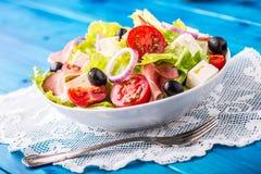 Σαλάτα Φρέσκια σαλάτα θερινού μαρουλιού Υγιής μεσογειακή σαλάτα ol Στοκ Εικόνα