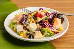 Σαλάτα φρέσκων λαχανικών και φρούτων Στοκ εικόνα με δικαίωμα ελεύθερης χρήσης