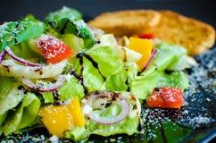 Σαλάτα φρέσκων λαχανικών με τα ψωμιά Στοκ Εικόνες