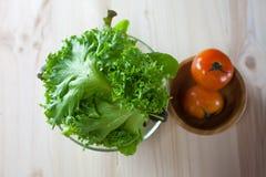 Σαλάτα φρέσκων λαχανικών με την πράσινες βαλανιδιά και την ντομάτα που προετοιμάζονται πρίν μαγειρεύει Στοκ εικόνες με δικαίωμα ελεύθερης χρήσης