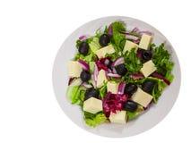 Σαλάτα φρέσκων λαχανικών με το τυρί και την ελιά Τοπ όψη απομονωμένος Στοκ φωτογραφίες με δικαίωμα ελεύθερης χρήσης