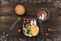 Σαλάτα φρέσκων λαχανικών που στέκεται στον πίνακα Στοκ Εικόνες