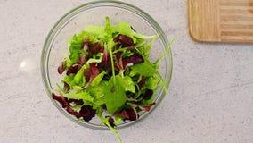 Σαλάτα φρέσκων λαχανικών σε ένα κύπελλο γυαλιού φιλμ μικρού μήκους