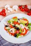 Σαλάτα φρέσκων λαχανικών στον ξύλινο πίνακα Στοκ Εικόνες