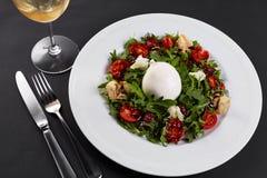 Σαλάτα φρέσκων λαχανικών στο άσπρο πιάτο στο Μαύρο Υγιής σαλάτα με τις ξηραμένες από τον ήλιο ντομάτες, Arugula, μοτσαρέλα και βα Στοκ φωτογραφίες με δικαίωμα ελεύθερης χρήσης
