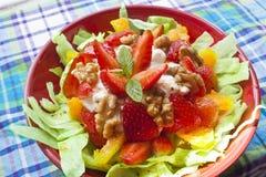 Σαλάτα φραουλών και ξύλων καρυδιάς στοκ εικόνα