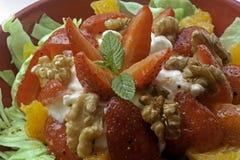 Σαλάτα φραουλών και ξύλων καρυδιάς στοκ εικόνες