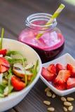 Σαλάτα φραουλών με τα καρύδια, το arugula και το κοτόπουλο πεύκων Στοκ εικόνες με δικαίωμα ελεύθερης χρήσης