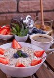 Σαλάτα φραουλών με τα καρύδια, το arugula και το κοτόπουλο πεύκων Στοκ Εικόνες