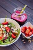 Σαλάτα φραουλών με τα καρύδια, το arugula και το κοτόπουλο πεύκων Στοκ φωτογραφίες με δικαίωμα ελεύθερης χρήσης