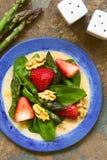 Σαλάτα φραουλών, σπαραγγιού, σπανακιού και ξύλων καρυδιάς Στοκ Φωτογραφίες