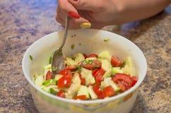 Σαλάτα, φρούτα, λαχανικά, ντομάτα, κατανάλωση, χορτοφάγος υγιής, πράσινη, πρόχειρο φαγητό, γαστρονομικός, θρεπτικό, διατροφή Στοκ εικόνα με δικαίωμα ελεύθερης χρήσης
