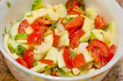 Σαλάτα, φρούτα, λαχανικά, ντομάτα, κατανάλωση, χορτοφάγος υγιής, πράσινη, πρόχειρο φαγητό, γαστρονομικός, θρεπτικό, διατροφή Στοκ Φωτογραφίες