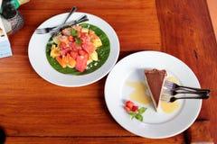 Σαλάτα φρούτων & κέικ ρουμιού Στοκ Εικόνες