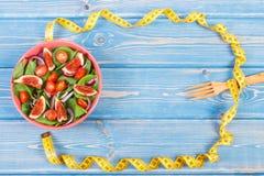 Σαλάτα φρούτων και λαχανικών, δίκρανο με το μέτρο ταινιών, αδυνάτισμα και έννοια διατροφής, διάστημα αντιγράφων για το κείμενο στ Στοκ φωτογραφία με δικαίωμα ελεύθερης χρήσης