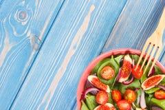Σαλάτα φρούτων και λαχανικών με το ξύλινο δίκρανο, έννοια της υγιούς διατροφής, διάστημα αντιγράφων για το κείμενο στους πίνακες Στοκ φωτογραφία με δικαίωμα ελεύθερης χρήσης