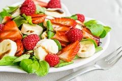 Σαλάτα φρούτων με τα πράσινα σαλάτας Στοκ εικόνα με δικαίωμα ελεύθερης χρήσης