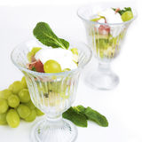 Σαλάτα φρούτων με τη μέντα και την ξινή κρέμα Στοκ φωτογραφία με δικαίωμα ελεύθερης χρήσης