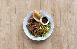 Σαλάτα φρούτων με το βόειο κρέας και το baguette Στοκ Εικόνα