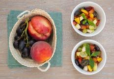 Σαλάτα φρούτων στα άσπρα πιάτα Στοκ εικόνες με δικαίωμα ελεύθερης χρήσης