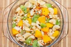 Σαλάτα φρούτων του ροδάκινου, της μπανάνας, του ακτινίδιου και των καρυδιών στοκ φωτογραφία με δικαίωμα ελεύθερης χρήσης