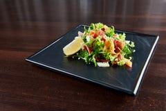 Σαλάτα Arugula και prosciutto που εξυπηρετείται στο εστιατόριο Στοκ Εικόνες