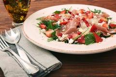 Σαλάτα Arugula με τις φράουλες, τυρί φέτας, prosciutto, parmes Στοκ Εικόνα