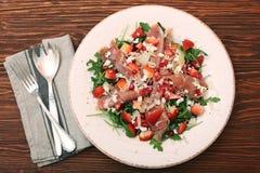 Σαλάτα Arugula με τις φράουλες, τυρί φέτας, prosciutto, parmes Στοκ εικόνα με δικαίωμα ελεύθερης χρήσης