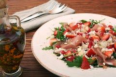 Σαλάτα Arugula με τις φράουλες, τυρί φέτας, prosciutto, parmes Στοκ εικόνες με δικαίωμα ελεύθερης χρήσης