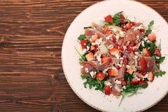 Σαλάτα Arugula με τις φράουλες, τυρί φέτας, prosciutto, parmes Στοκ φωτογραφίες με δικαίωμα ελεύθερης χρήσης