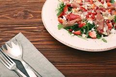 Σαλάτα Arugula με τις φράουλες, τυρί φέτας, prosciutto, parmes Στοκ φωτογραφία με δικαίωμα ελεύθερης χρήσης