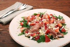 Σαλάτα Arugula με τις φράουλες, τυρί φέτας, prosciutto, parmes Στοκ Εικόνες