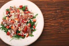 Σαλάτα Arugula με τις φράουλες, τυρί φέτας, prosciutto, parmes Στοκ Φωτογραφίες