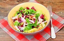 Σαλάτα Arugula, σπανάκι, παγόβουνο, λάχανο με Στοκ Εικόνα
