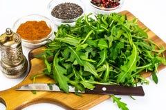 Σαλάτα arugula-συστατικών στους ξύλινους πίνακες Στοκ Φωτογραφία