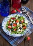 Σαλάτα Arugula, φραουλών, βακκινίων και μπλε τυριών Στοκ Εικόνες