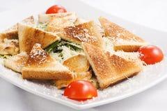 Σαλάτα Caesar με τις φρέσκες ντομάτες και τις φρυγανιές Στοκ εικόνα με δικαίωμα ελεύθερης χρήσης